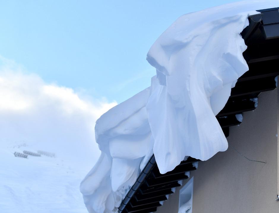 Beim Schneeräumen auf den Dächern ist große Vorsicht geboten.
