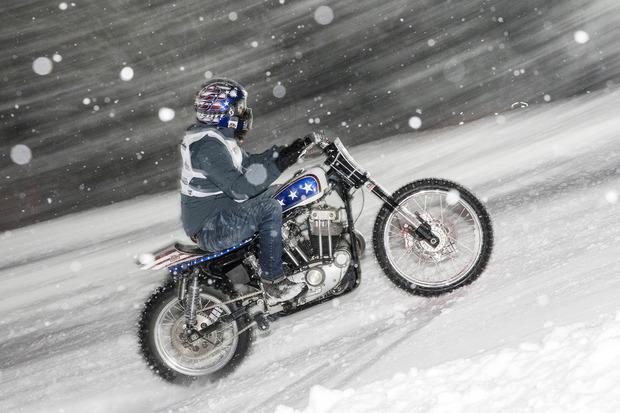 Der heftige Schneefall machte allen zu schaffen, ganz besonders den Bikern mit ihren schweren Kolossen.