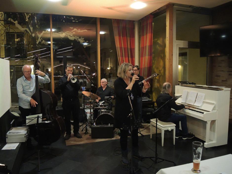 """Das """"Undermarket Jazz Quintett"""" mit Reinhard Kröss, Martin Schweissgut, Reinhard Raggl, Atti Pahl, Florian Plattner und Reinhard Mathoy (v.l.) servierte den 70. Jazzknödel."""
