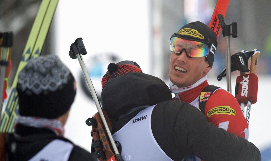 Simon Eder und Co. fielen Schlussläufer Julian Eberhard in die Arme.