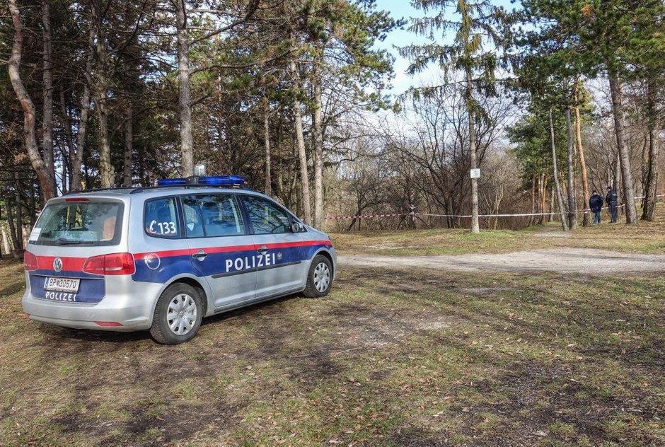Die Leiche wurde in einem Park gefunden.