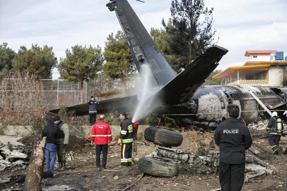 Das Frachtflugzeug war in ein leer stehendes Gebäude gekracht.