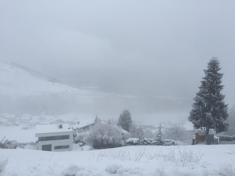 Derzeit tief verschneit ist der Hang, auf dem schon bald 20 Wohnungen entstehen sollen.
