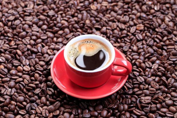 """""""Es schadet zwar nicht, zu einer Tasse Kaffee ein Glas Wasser zu trinken, notwendig ist es aber nicht"""", sagt Ernährungsexpertin Silke Restemeyer. Kaffee werde wie alle Getränke in die Flüssigkeitsbilanz des Körpers einbezogen."""