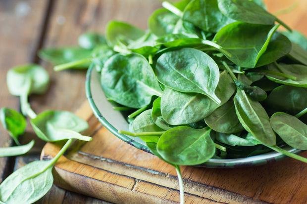 Die grünen Blätter dürfen nicht aufgewärmt werden, heißt es gerne. Das stimmt so nicht, sagt Monika Bischoff, Vorstandsmitglied im deutschen Berufsverband Oecotrophologie. Kühlt aber gekochter Spinat langsam ab, wandeln Bakterien Nitrat in Nitrit um.