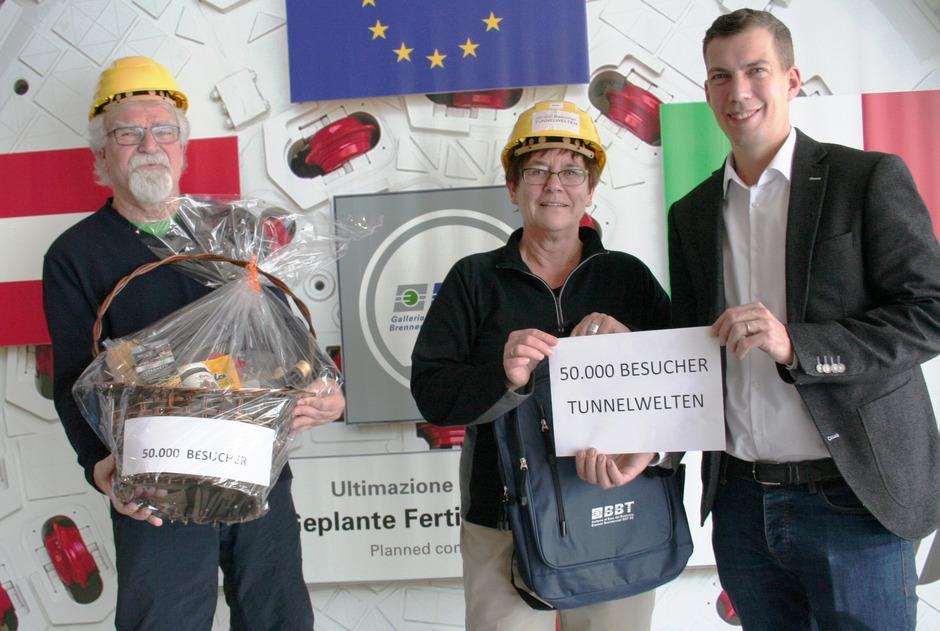 Jubiläumsgäste im Brennerbasistunnel-Infocenter: Martin Schneider mit Sabine und Wolfgang Arndt aus Rostock (v.r.).