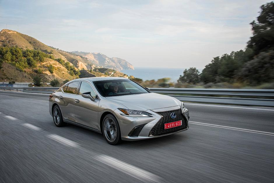 Ende März will Lexus bei uns mit den ersten Auslieferungen des ES 300h beginnen, angeboten wird das Oberklassemodell ab 52.900 Euro.