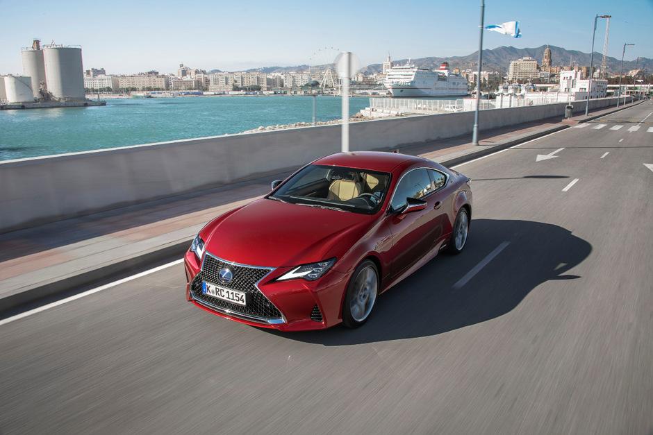 Ab 47.390 Euro bietet Lexus den überarbeiteten RC 300h an.