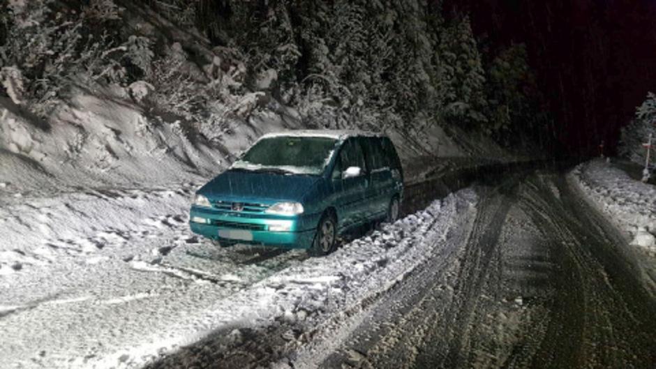 Von dem Auto führten Fußspuren in den Wald.