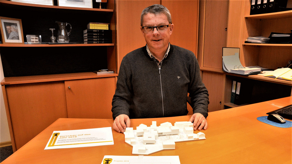 BM Pramstrahler mit dem Modell des neuen Heimes.