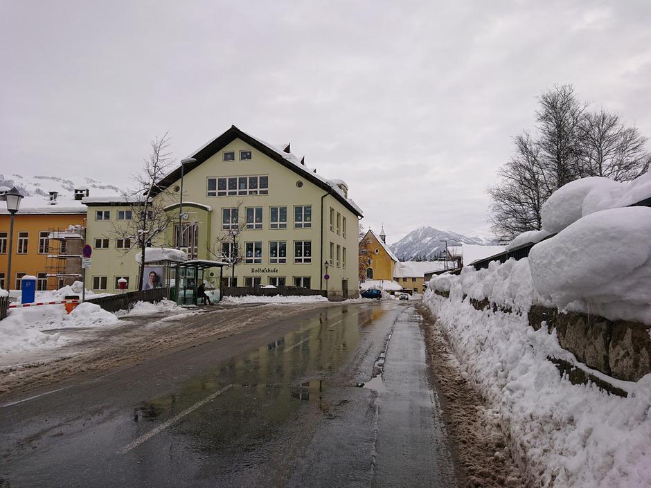 Mit Radarkästen will Kitzbühels Straßenreferent den Schnellfahrern den Zahn ziehen. Doch der Aufbau der Geräte, zum Beispiel bei der Volksschule, verzögert sich.