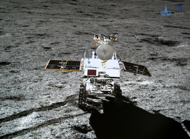 """Der """"Jadehase"""" rollt über den Mond."""