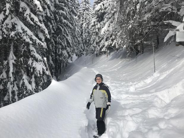 Manuel Wechner inspiziert den einzig verbliebenen Fußweg zum nächsten Weiler Brand.