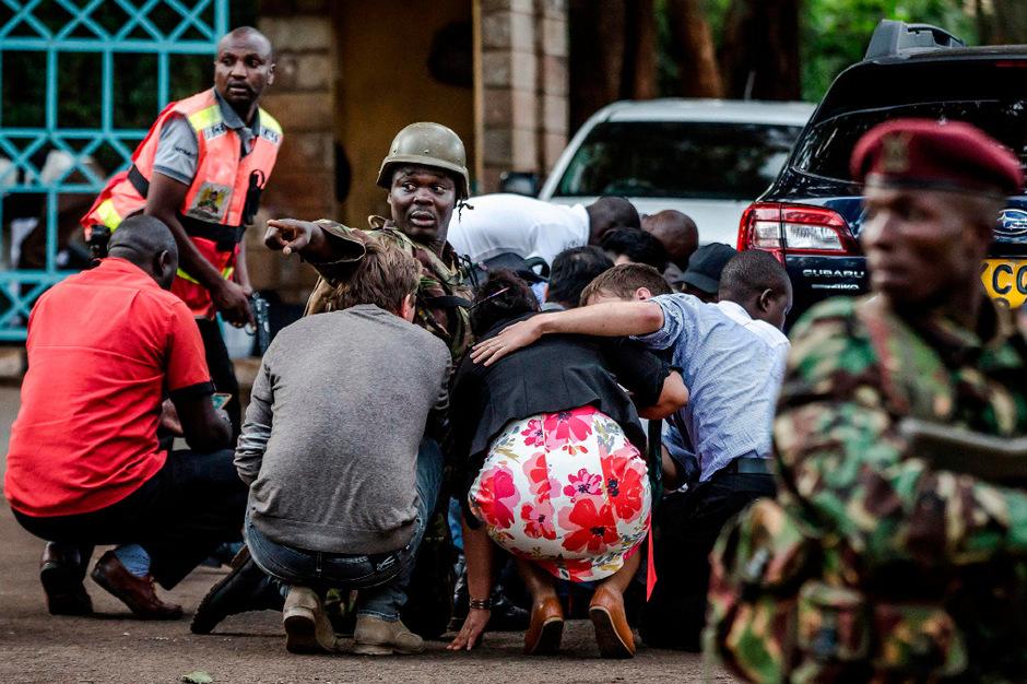 Sicherheitskräfte versuchen die Gegend nach dem Anschlag zu sichern.