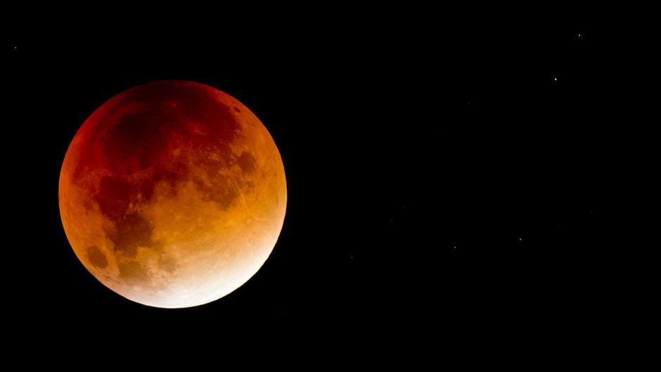 Auch bei einer totalen Finsternis kann man den Mond noch gut sehen, er ist dabei rötlich gefärbt.