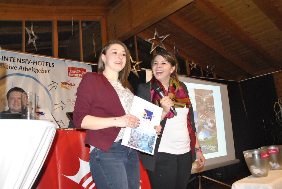 Die Hauptpreis-Gewinnerin des Abends Simone Grimbacher mit Christiane Steindl.