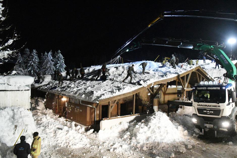 Die Bundesheersoldaten mussten in Terfens das Dach eines Pferdehofes von den Schneemassen befreien.