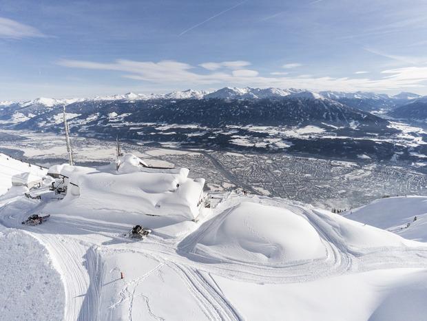 Meterhoch türmt sich der Schnee auf der Innsbrucker Seegrube.