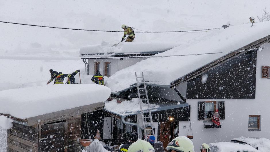 Angesichts der enormen Schneemassen verständigten Hausbewohner immer wieder die Feuerwehr, um die große Last von den Hausdächern zu entfernen.