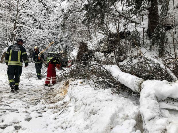 Feuerwehrmänner waren in den vergangenen Tagen stundenlang im Einsatz.