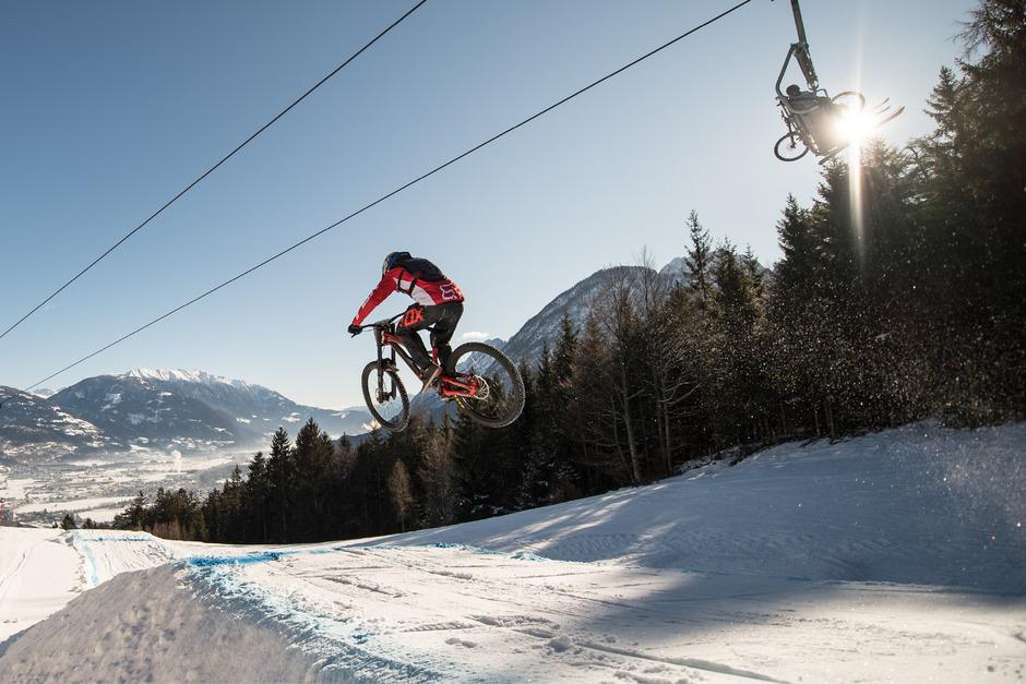 Mit halsbrecherischem Tempo jagen die Downhill-Cracks über die Damen-Weltcup-Piste am Hochstein ins Tal.