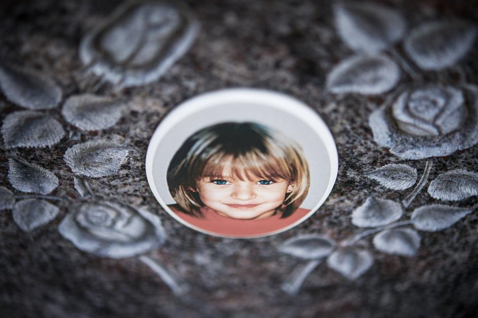 Ein Gedenkstein zeigt das kleine Mädchen, das am 7. Mai 2001 spurlos verschwand.