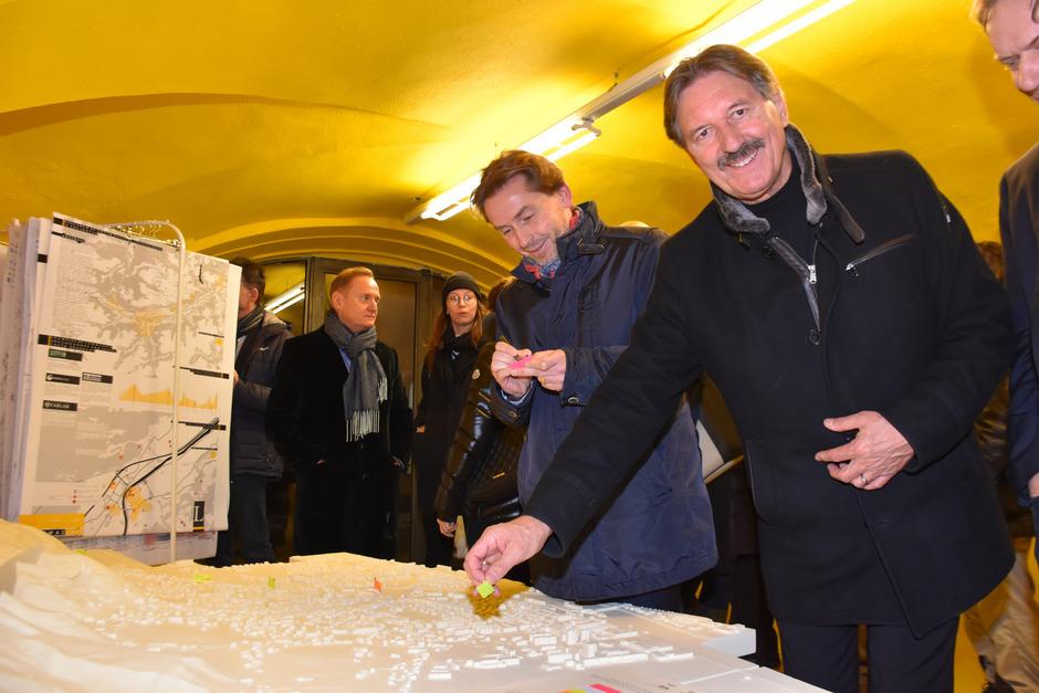 Im gelben Raum steht ein Modell der Stadt Schwaz, wo man positiv oder negativ besetzte Orte markieren und so zur Studie beitragen kann. BM Hans Lintner und Vize-BM Martin Wex (v.r.) haben schon Fähnchen gesetzt.