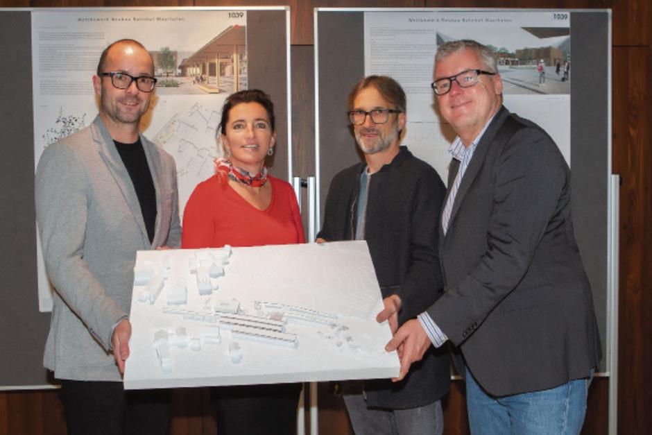 Wolfgang Stöhr (ZVB), BM Monika Wechselberger, Udo Heinrich (Jury) und ZVB-Vorstand Helmut Schreiner mit dem Siegerprojekt.