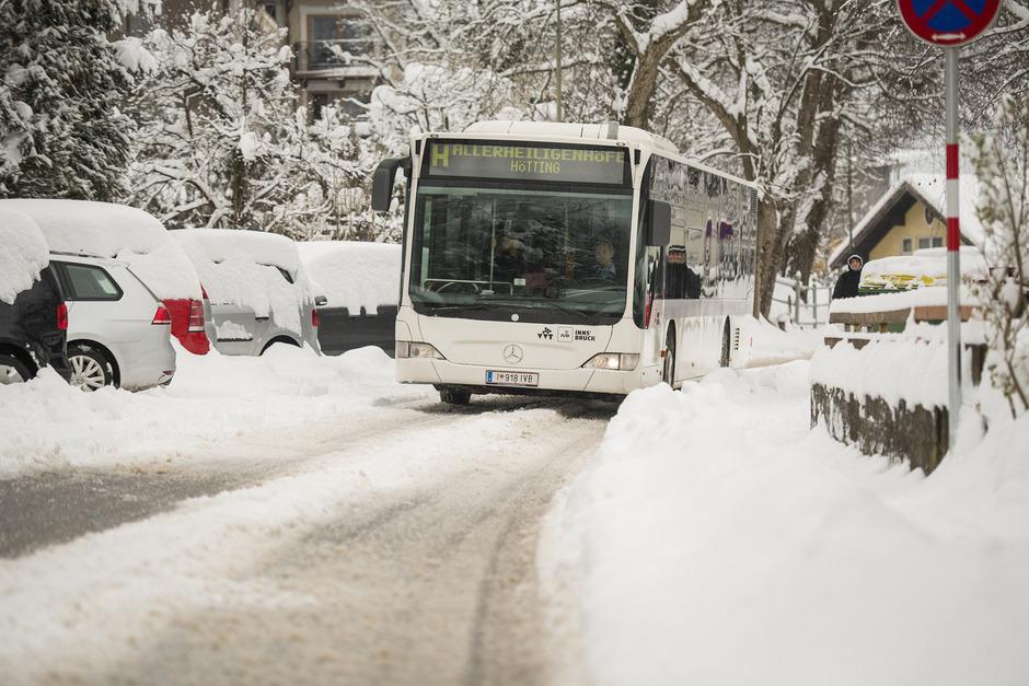 Die anhaltenden Schneefälle in Innsbruck stellten auch die Mitarbeiter der öffentlichen Verkehrsbetriebe vor Herausforderungen.