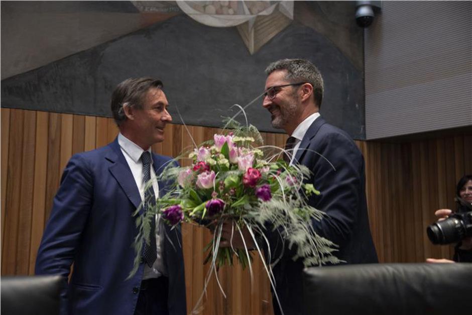 Landtagspräsident Thomas Widmann (l.) beglückwünscht Arno Kompatscher.