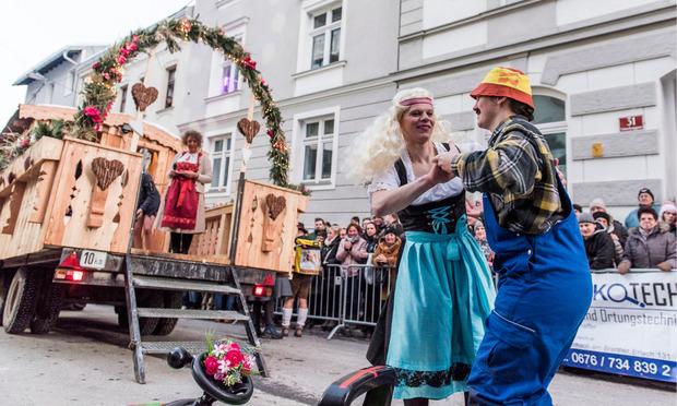 """Die Höttinger Jungbauern mit """"Bauer sucht Frau""""."""