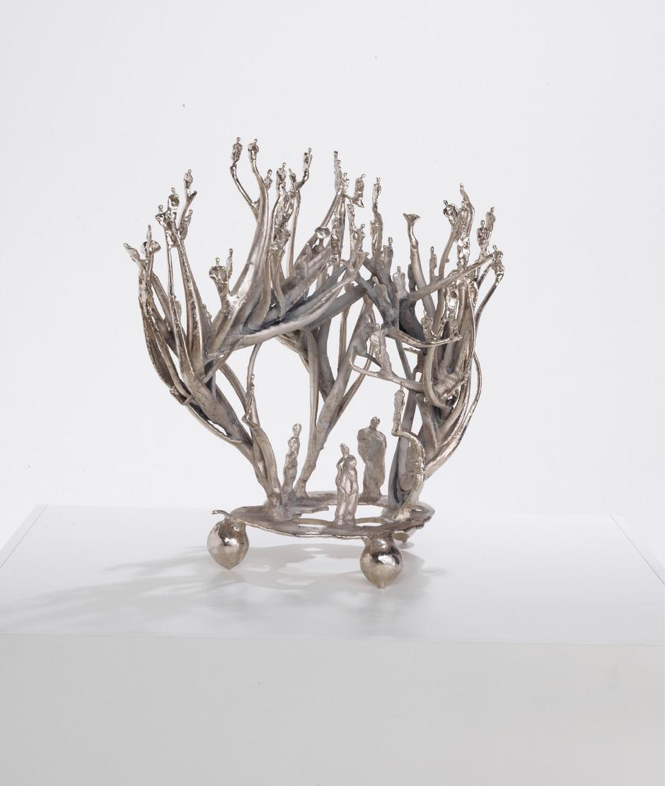 """Auch die bildhauerischen Werke (hier: """"Aleostrauchsteherort"""", 2013) von Gunter Damisch, die auf Basis der Malerei entstanden, stellen den Menschen als Teil eines großen Ganzen in den Mittelpunkt."""