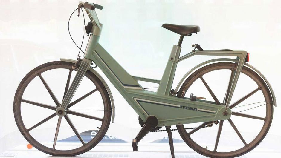 Dieses ausgestellte Fahrrad aus Kunststoff, das 1981 in Schweden verkauft wurde, erwies sich als dermaßen instabil, dass es unter dem Gewicht der Fahrer zusammenbrach.