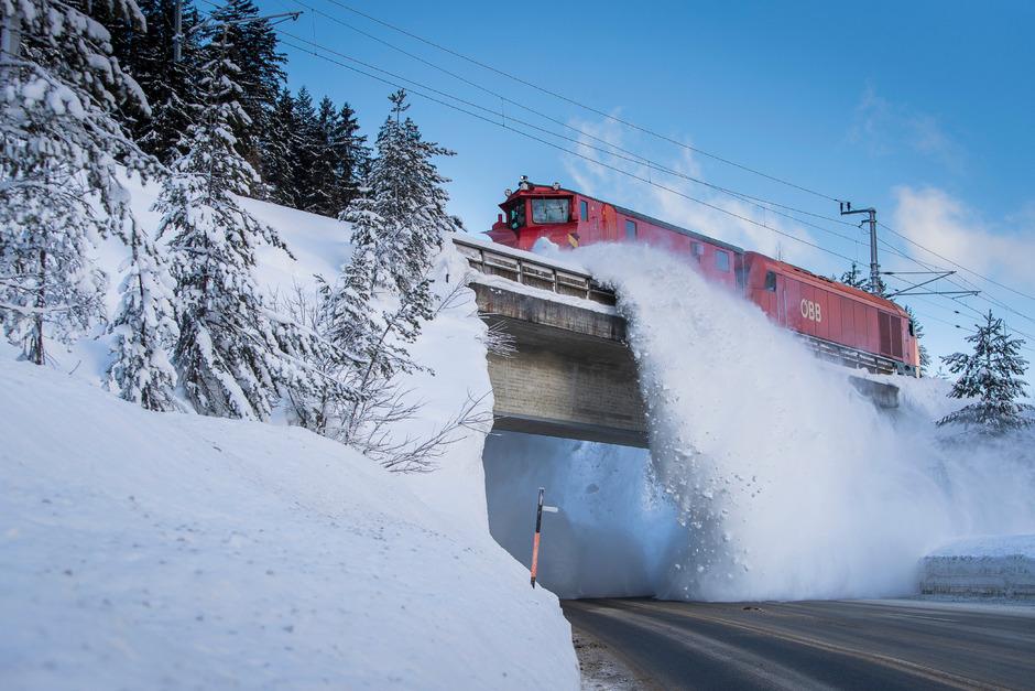 Räumung der Bahngleise: 60 Tonnen gegen die Schneemassen