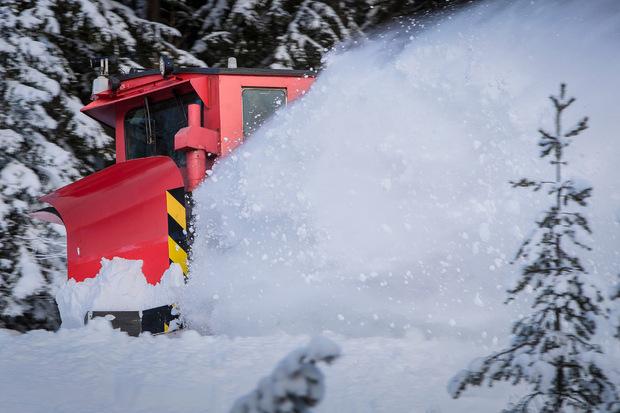Einer der Klima-Schneepflüge schiebt sich gestern durch den Neuschnee auf der Karwendelstrecke.