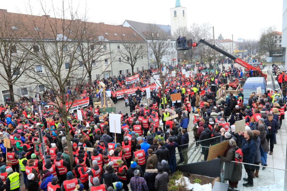 In Rosenheim entlud sich bei einer Demonstration der Ärger über die geplante neue Bahntrasse durch das bayerische Inntal.
