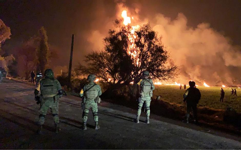 Soldaten in der Nähe der Explosionsstelle.