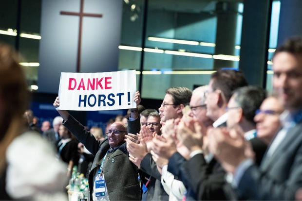 Die Deligierten stimmten fast eintismmig dafür, Horst Seehofer zum Ehrenvorsitzenden zu machen.