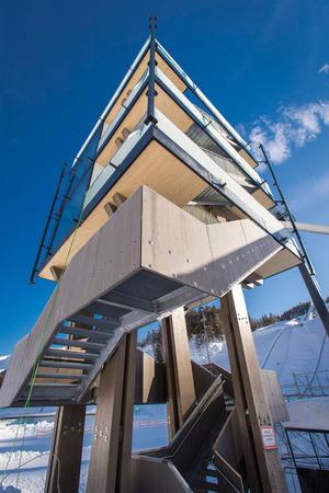 Der aus Holz gebaute WM-Turm soll ein neues Wahrzeichen für Seefeld werden, während der Wettkämpfe werden dort VIP-Gäste empfangen.