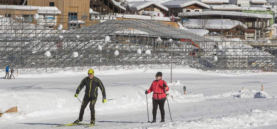 In der Winteridylle von Seefeld sind die Ausmaße der Zuschauertribünen für die WM bereits gut erkennbar, während die Touristen derzeit die WM-Loipen genießen dürfen.