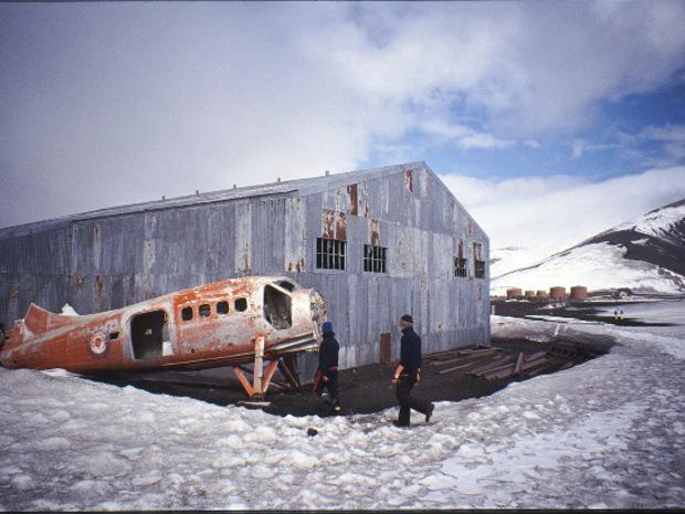 Neben der alten Walfangstation steht ein kleines, rostiges Flugzeug.