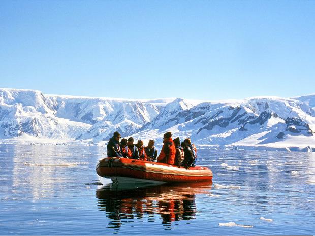 Mit dem Schlauchboot wird man an Land bzw. aufs Eis gebracht.