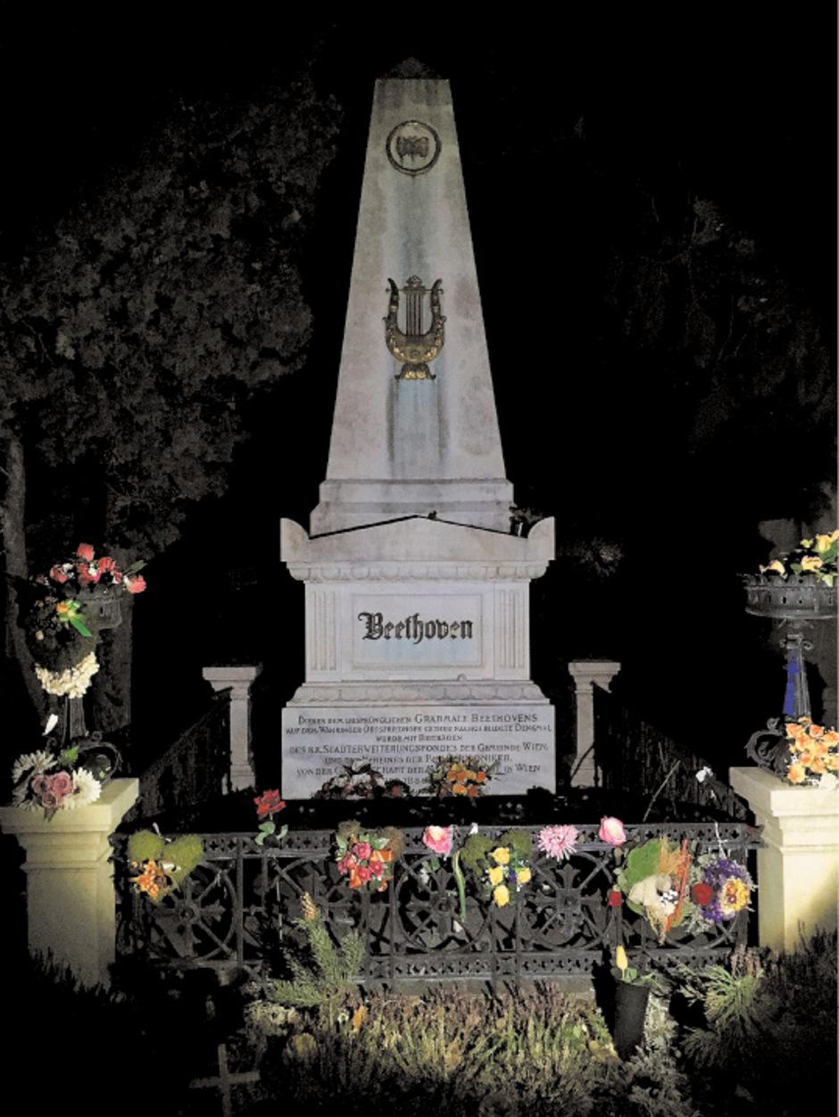 Blumen für Beethoven: Die Gebeine des Komponisten wurden Jahrzehnte nach seinem Tod in den Zentralfriedhof verlegt. Die 1874 errichtete Begräbnisstätte sollte bei den Wienern durch Ehrengräber beliebter gemacht werden.