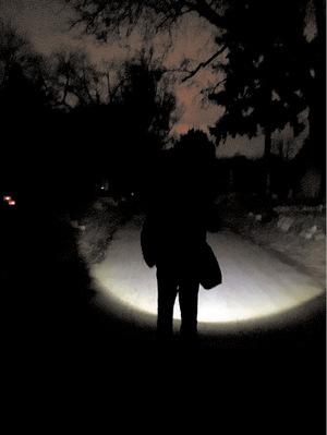 Außer dem Licht der Taschenlampe des Guides ist es zappenduster.