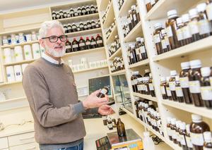 Apotheker Dietmar Daurer mischt bis zu zwölf chinesische Arzneien für einenPatienten.
