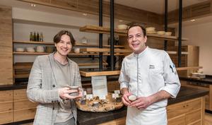 """Hotelchef Karl Reiter jun. (l.) und Küchenchef Fabian Leinich finden die verwendetenGewürze gesund und """"g'schmackig""""."""