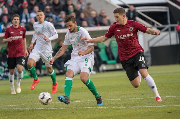 Österreicher-Duell in Hannover: Martin Harnik hatte mit Bremen gegen Kevin Wimmer (r.) die Nase vorne.
