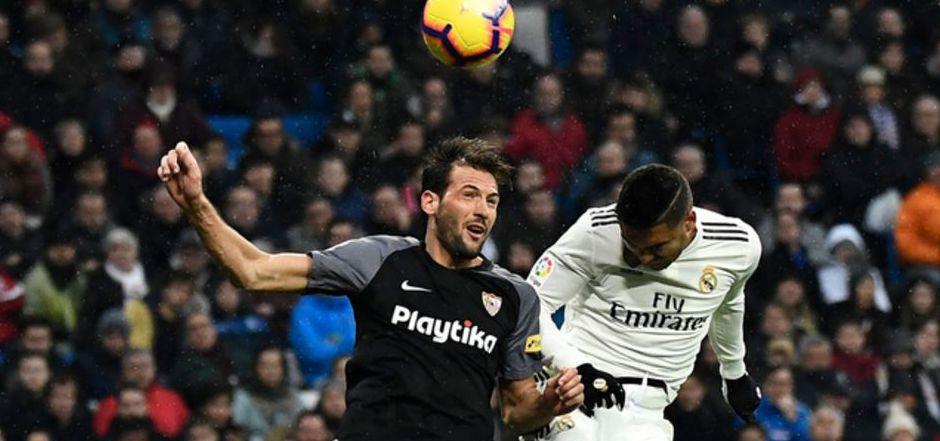 Sevilla lieferte Real und Torschütze Casemiro (r.) einen harten Kampf.