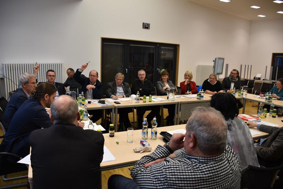 Vizebürgermeister Klaus Schimana (Hand oben, links) war in der vergangenen Gemeinderatssitzung im Kampfmodus.