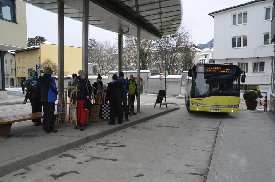Gestern Mittag war bei der Haltestelle Wopfnerstraße genug Platz für alle Rodler im Linienbus 8 nach Pillberg. Am Sonntag sah das anders aus.